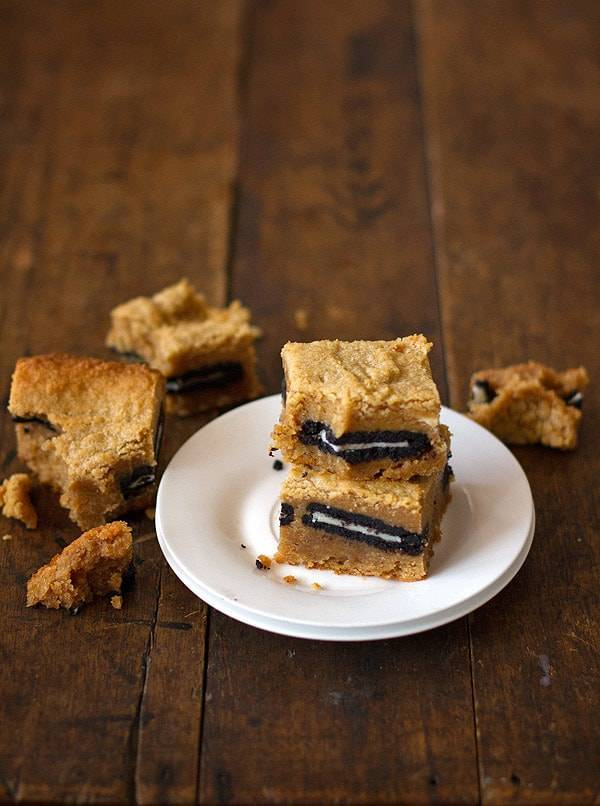 These peanut butter Oreo blondies are TO DIE FOR. One of the best dessert bars I've ever made! So addicting and easy to make. | pinchofyum.com
