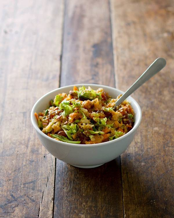 This super easy chopped apple quinoa salad has fresh grated apples, carrots, mixed greens, quinoa, almonds, and spicy apple chutney. | pinchofyum.com
