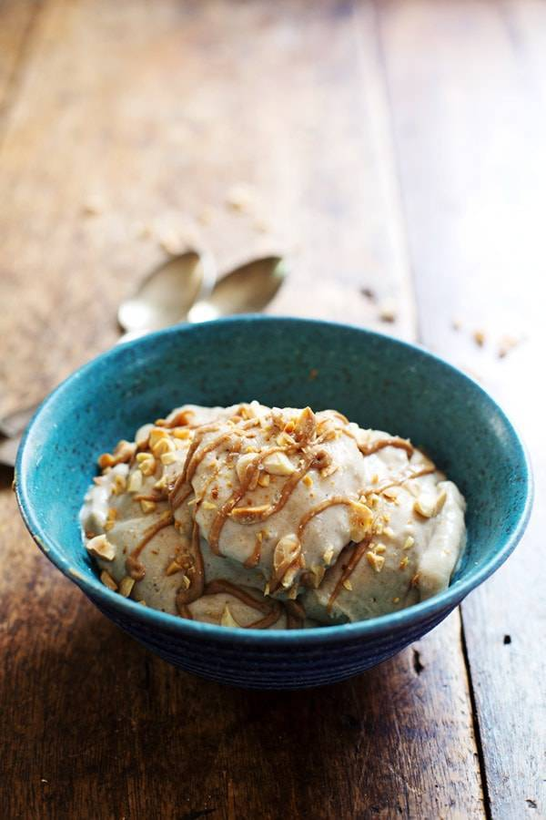 Peanut Butter Banana Ice Cream in a blue bowl.
