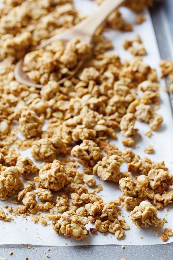 Big Cluster Peanut Butter Granola - a super simple and addictive homemade snack! Whole grains and no refined sugar. 270 calories. | pinchofyum.com #granola #healthy #recipe #peanutbutter