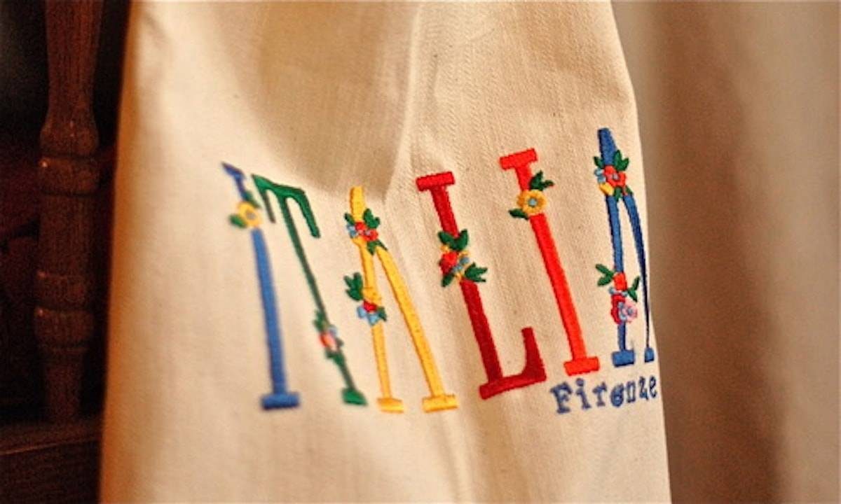 """Ivory apron with colorful """"Italia"""" text."""