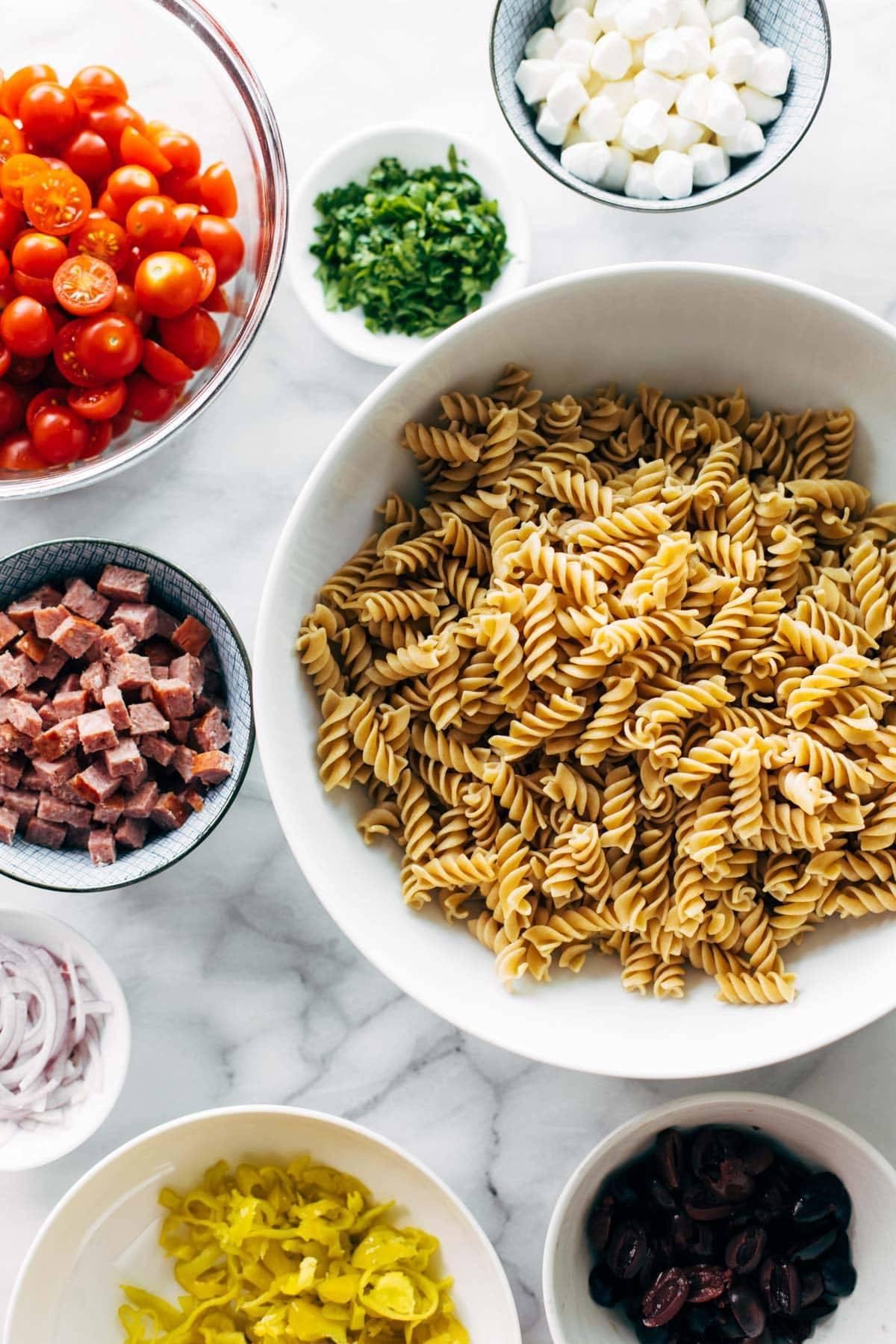 Ingrédients pour salade de pâtes dans des bols.