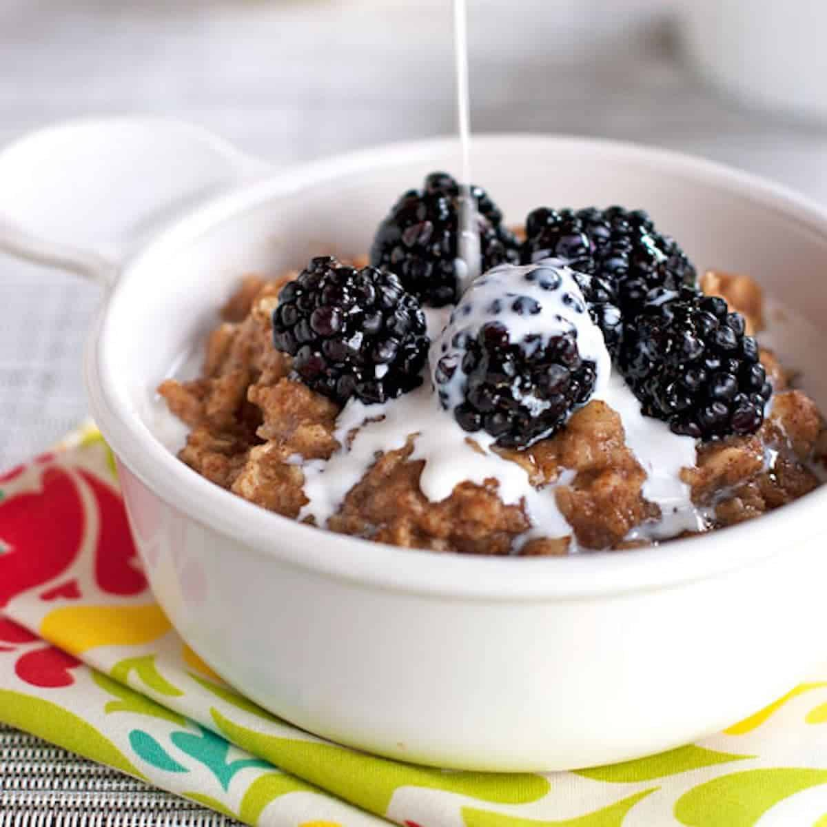 Blackberries and cream oats topped with honey and fresh blackberries.