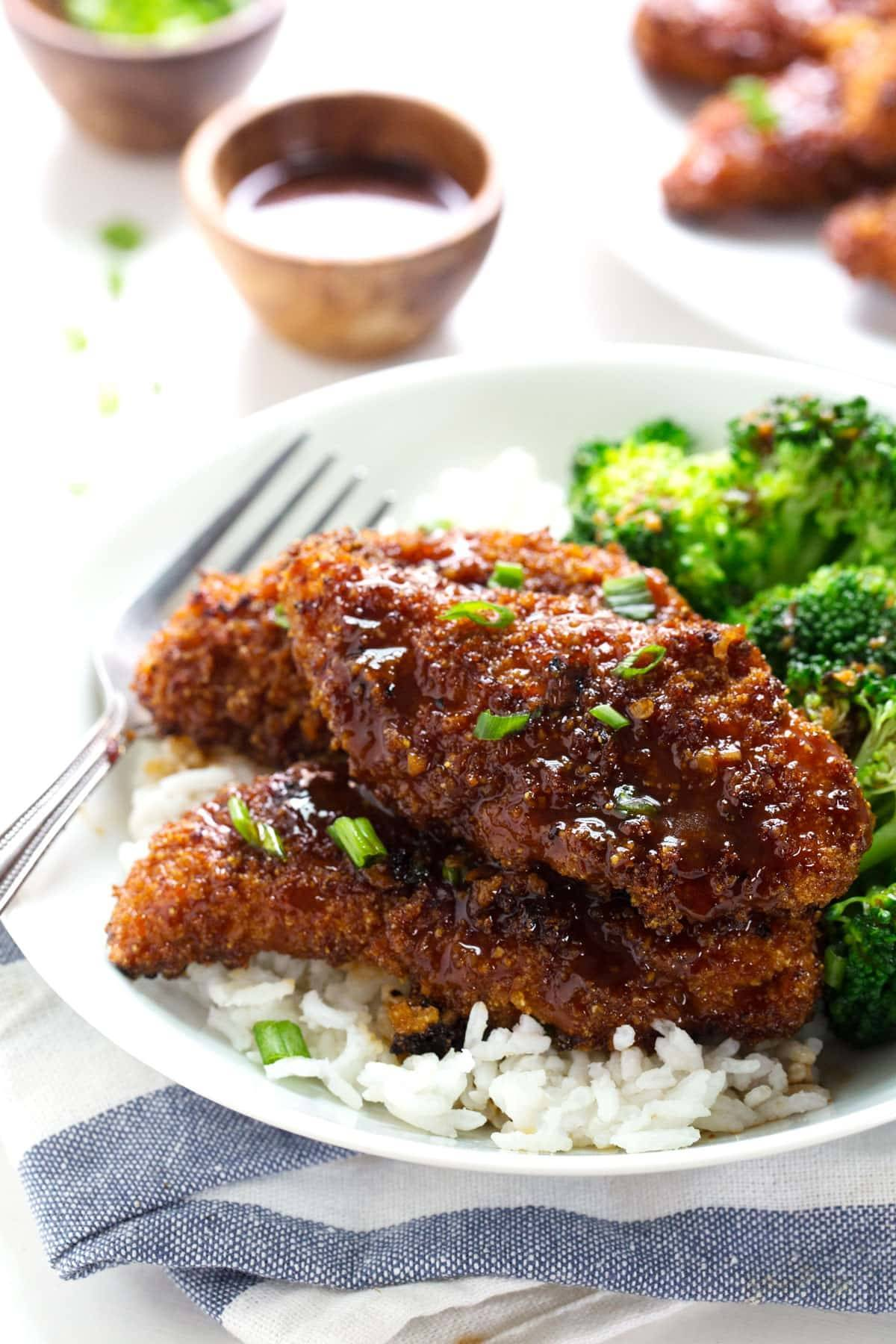 Sticky Garlic Chicken and Broccoli - tons of spicy sweet Asian-inspired flavor. 340 calories. | pinchofyum.com #chicken #recipe